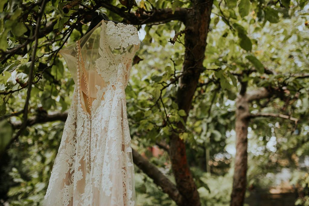 przygotowania panny młodej, folwark u różyca, suknia w ogrodzie, przygotowania w ogrodzie