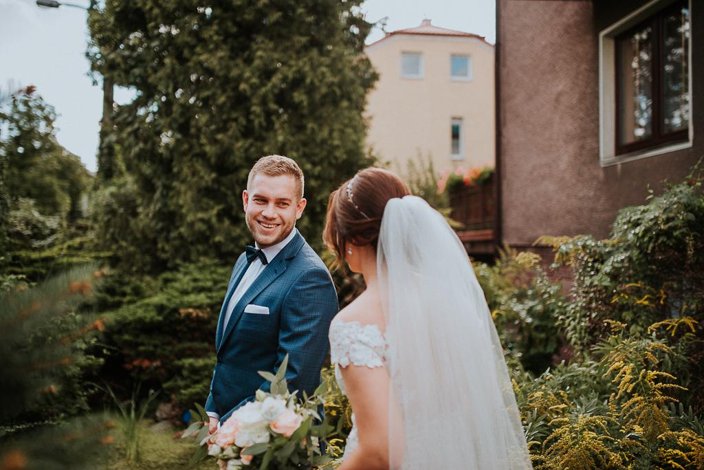slub w warszawie, wesele w folwarku u różyca, rustykalny slub, piotr czyżewski fotografia, first look,