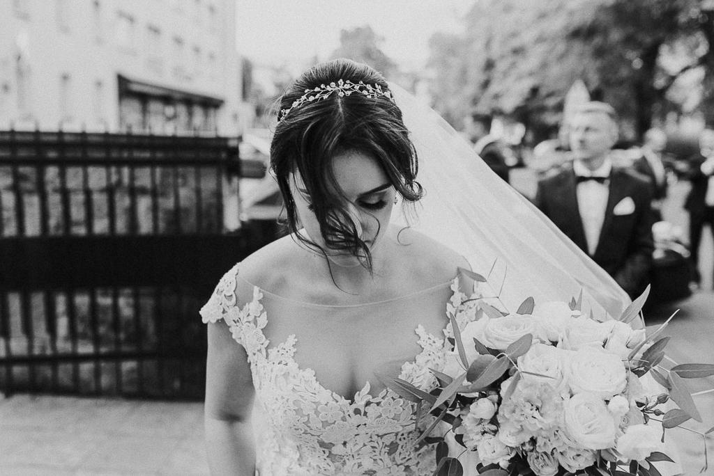 slub w warszawie, wesele w folwarku u różyca, rustykalny slub, piotr czyżewski fotografia, wejście do kościoła , panna młoda