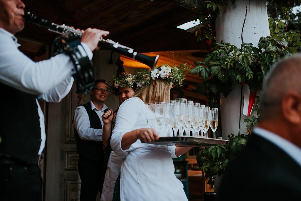 folwar u różyca, sesja w folwarku, panna młoda z przyjaciółkami, wianek ślubny, piotr czyżewski fotografia, powitanie pary młodej