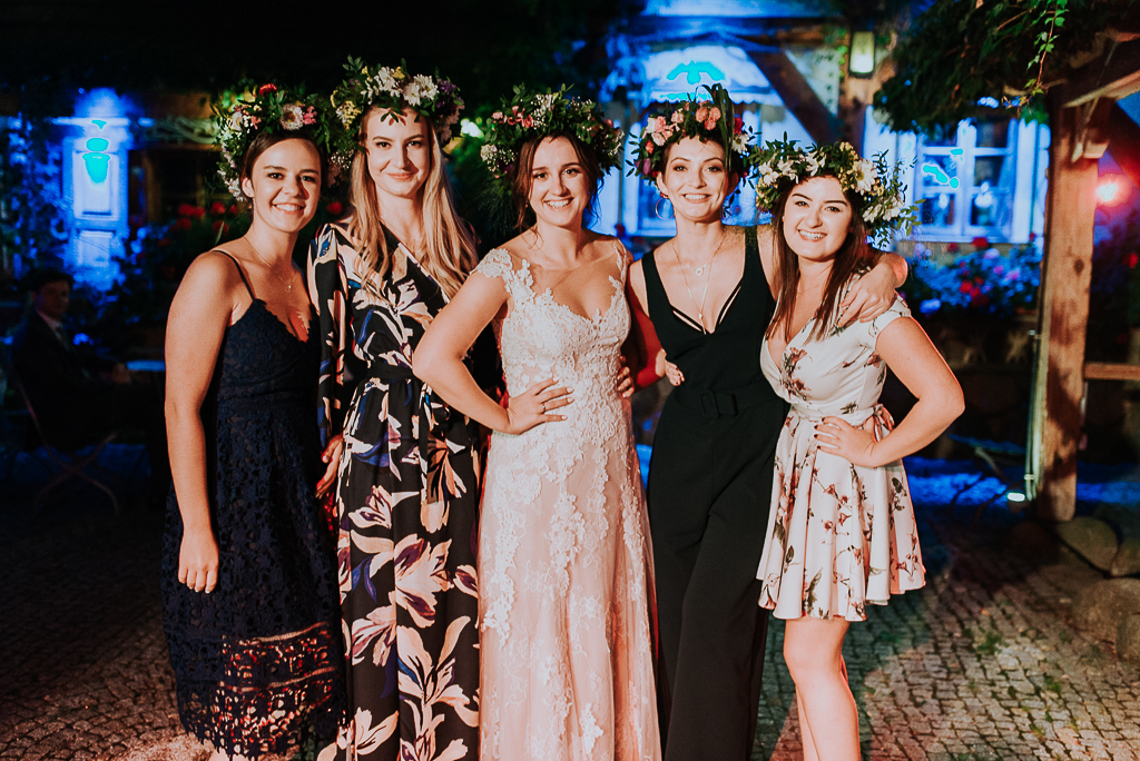 folwar u różyca, sesja w folwarku, panna młoda z przyjaciółkami, wianek ślubny, piotr czyżewski fotografia