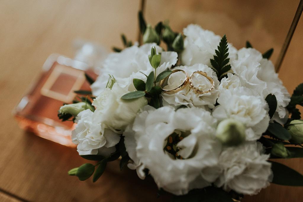 wesele sesja nad morzem obrączki bukiet panny młodej
