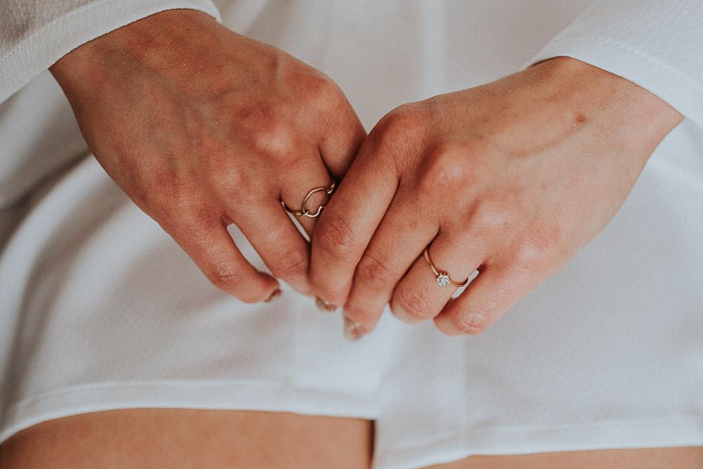 wesele sesja nad morzem biżuteria pierścionek zaręczynowy panna młoda w szlafroku