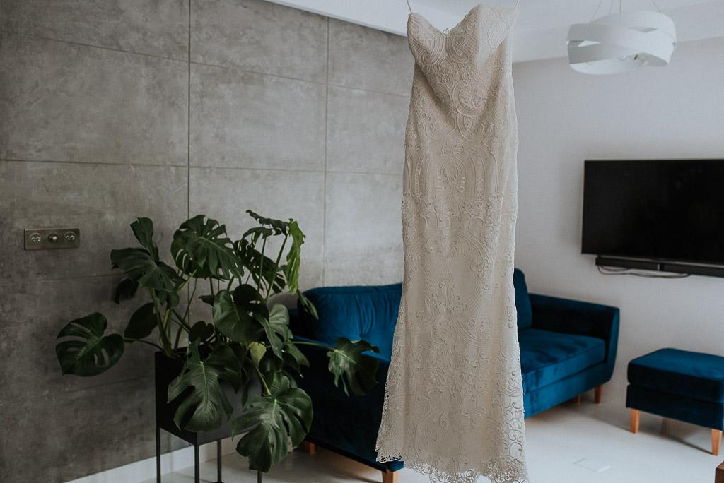 wesele sesja nad morzem suknia ślubna monstera w nowoczesnym mieszkaniu