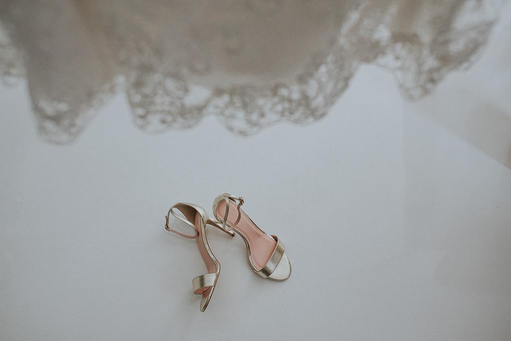 wesele sesja nad morzem złote buty panny młodej