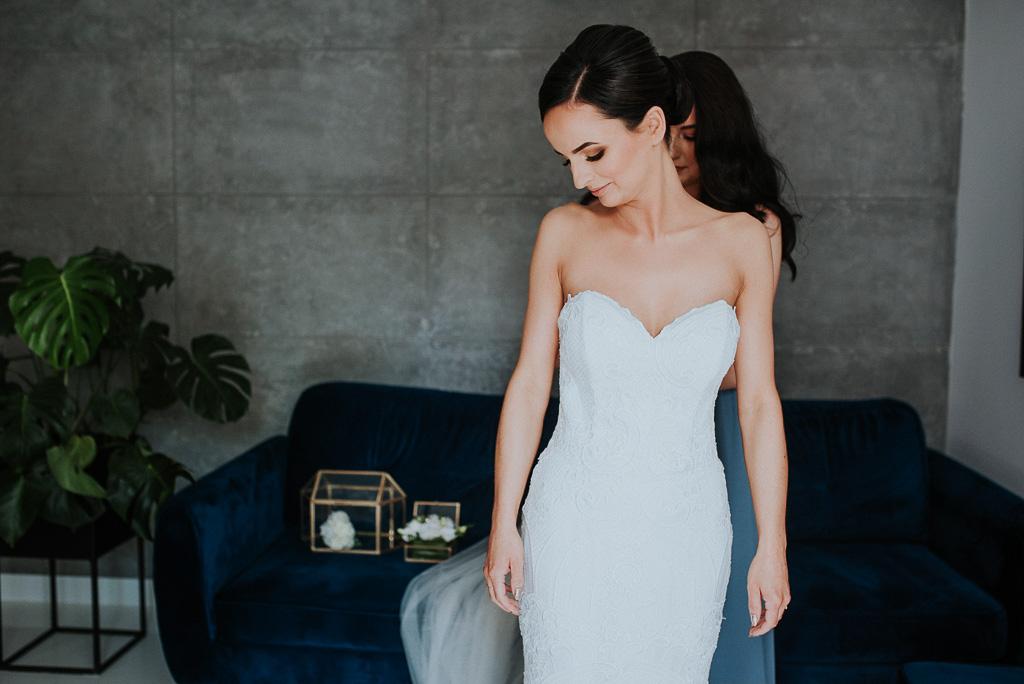 wesele sesja nad morzem panna młoda zakłada suknię