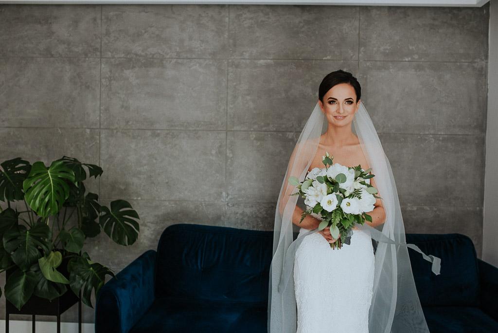 wesele sesja nad morzem portret panny młodej w długim welonie z bukietem w rękach