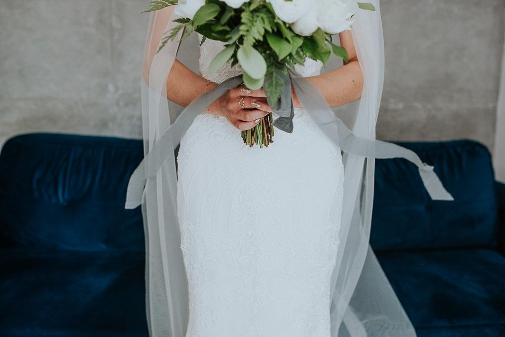 wesele sesja nad morzem panna młoda trzymająca bukiet