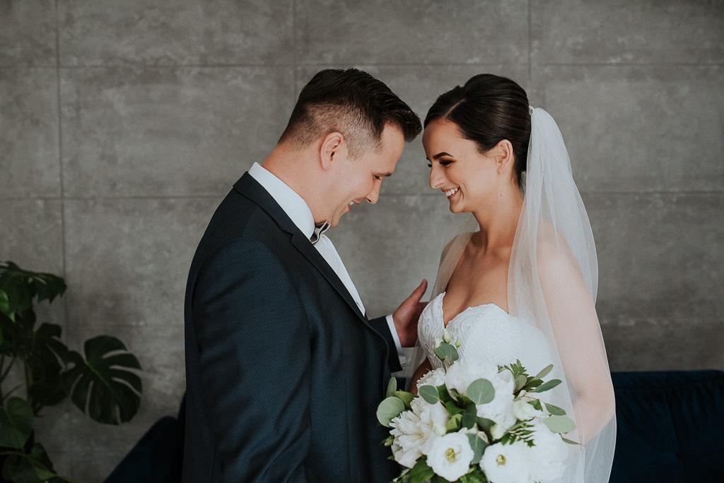wesele sesja nad morzem radosne przywitanie pary młodej