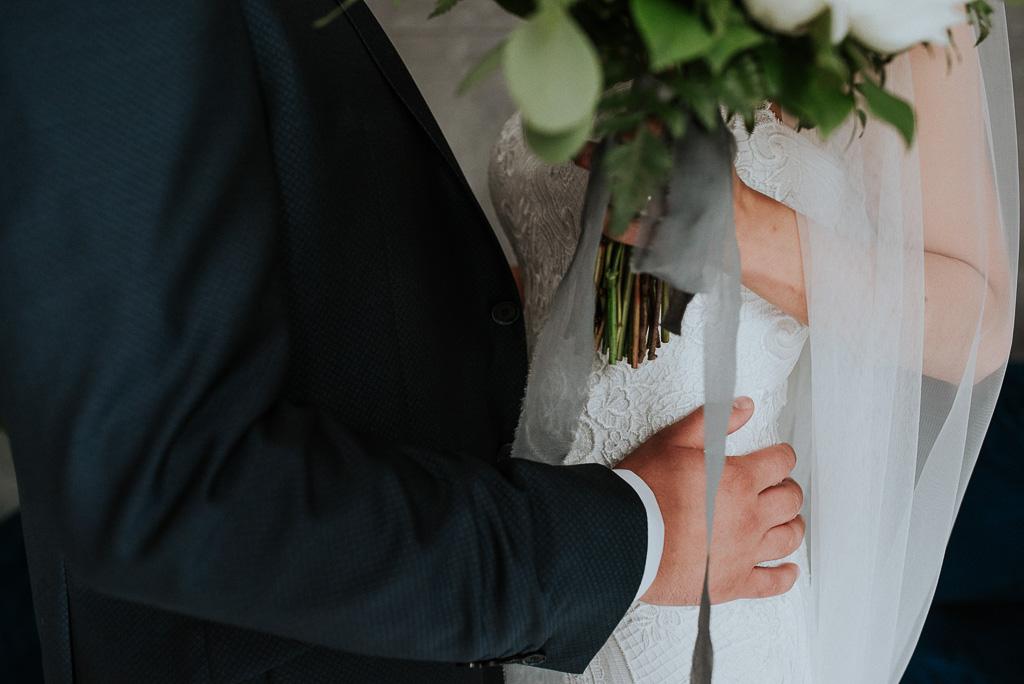 wesele sesja nad morzem koronkowa suknia ślubna