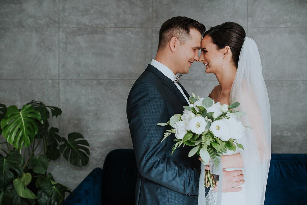 wesele sesja nad morzem przytulona para młoda