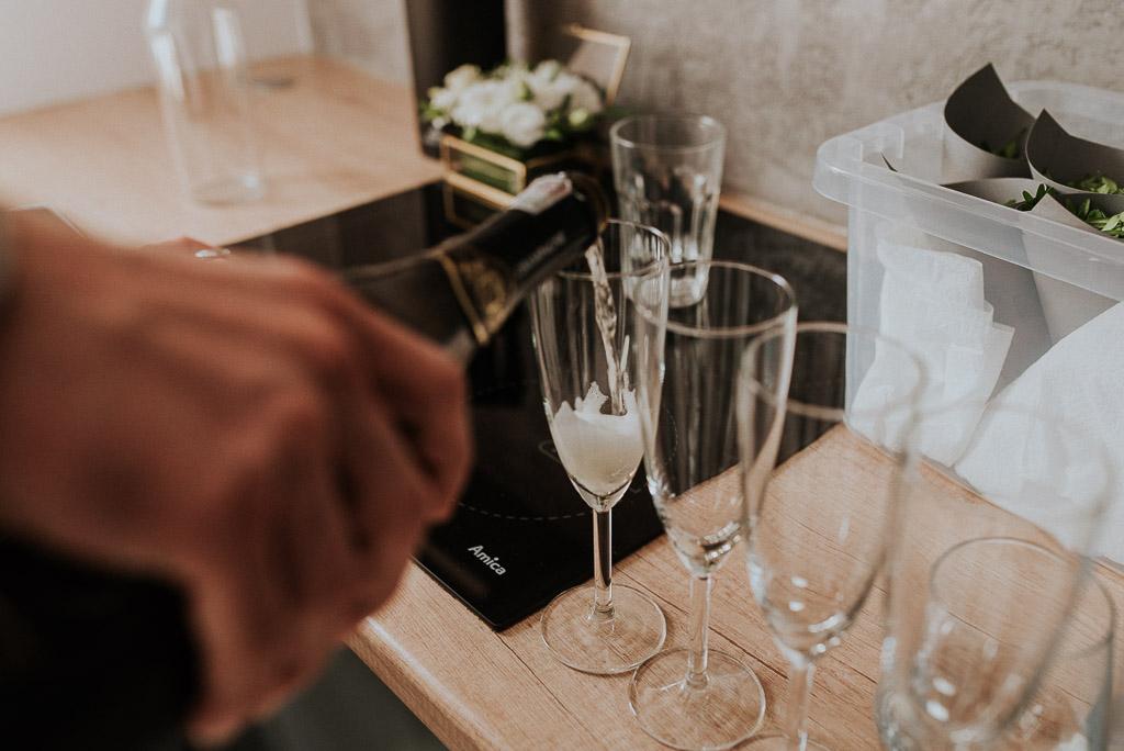 wesele sesja nad morzem nalewanie szampana