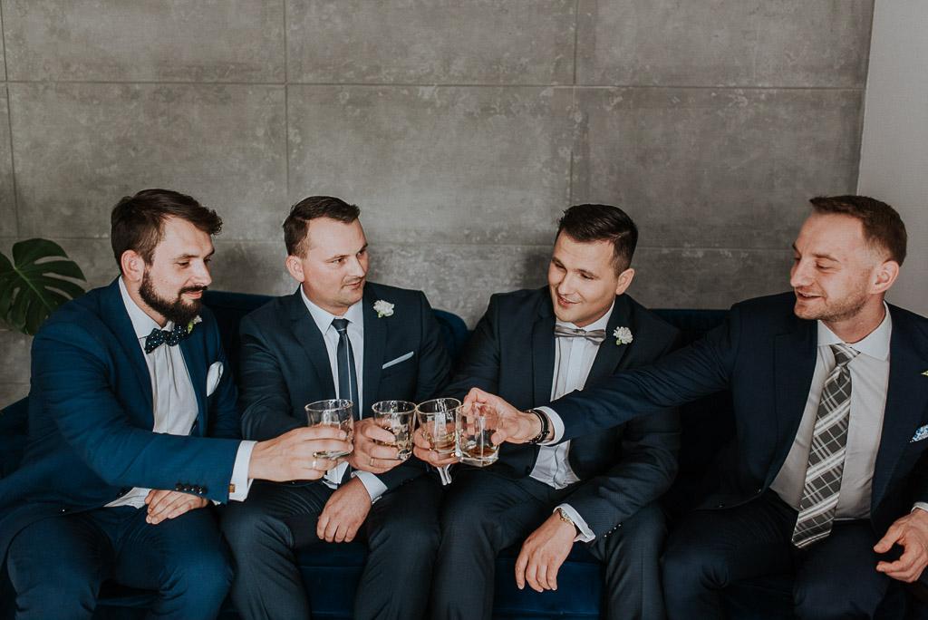 wesele sesja nad morzem toast pana młodego z drużbantami