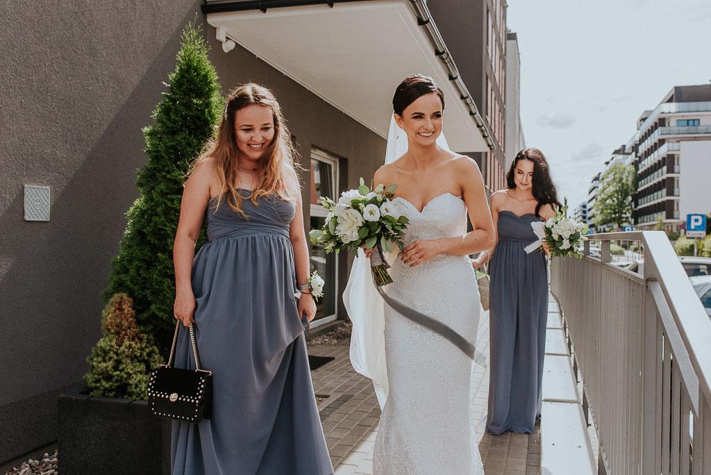 wesele sesja nad morzem panna młoda wychodzi z domu