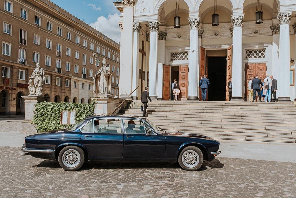 wesele sesja nad morzem zabytkowe auto do ślubu jaguar pod kościołem