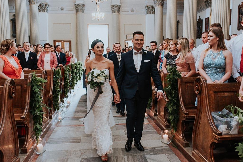 wesele sesja nad morzem para młoda idzie przez kościół do ołtarza