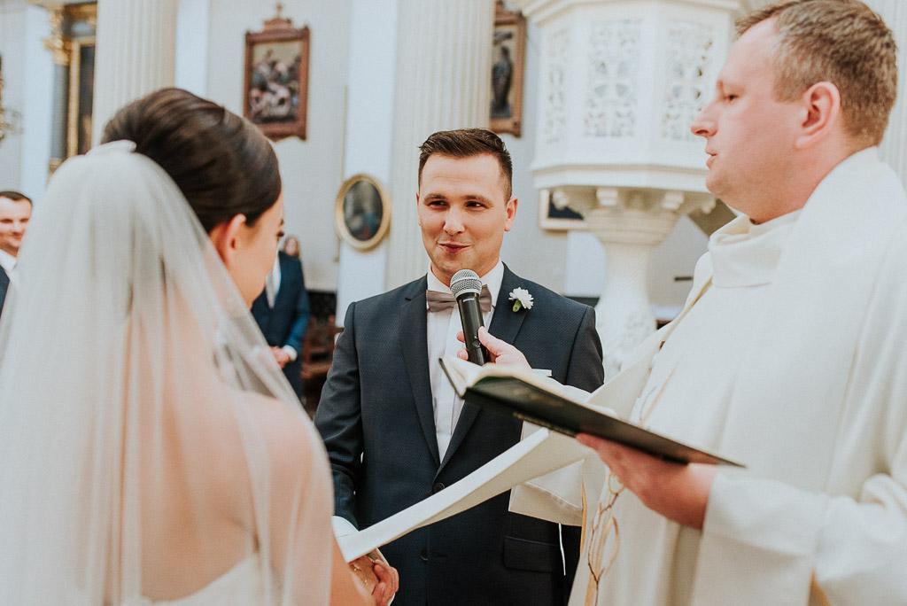 wesele sesja nad morzem pan młody ślubuje pannie młodej