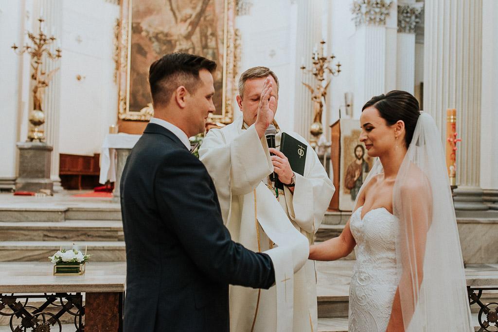 wesele sesja nad morzem ksiądz błogosławi nowy związek
