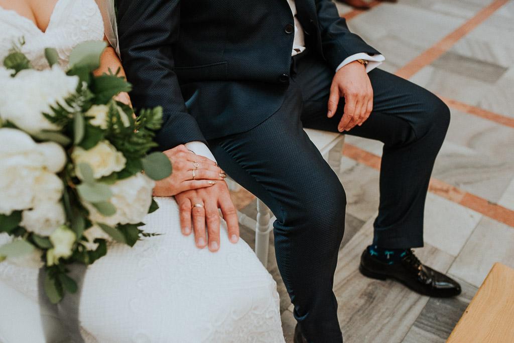 wesele sesja nad morzem obrączki na dłoniach pary młodej