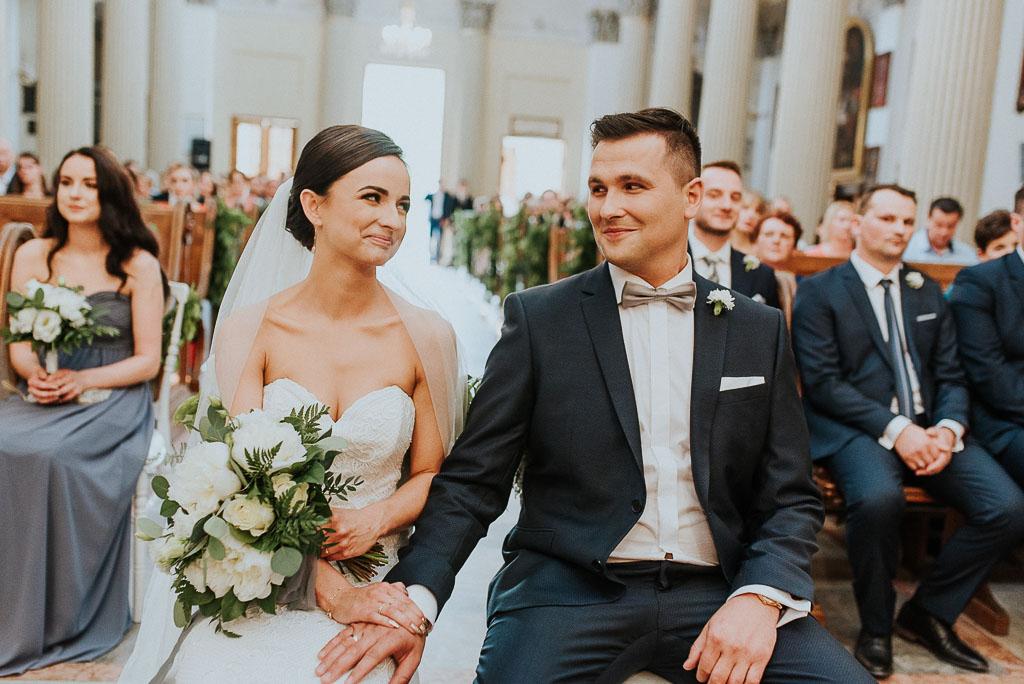 wesele sesja nad morzem uśmiechnięta para młoda tuż po przysiędze