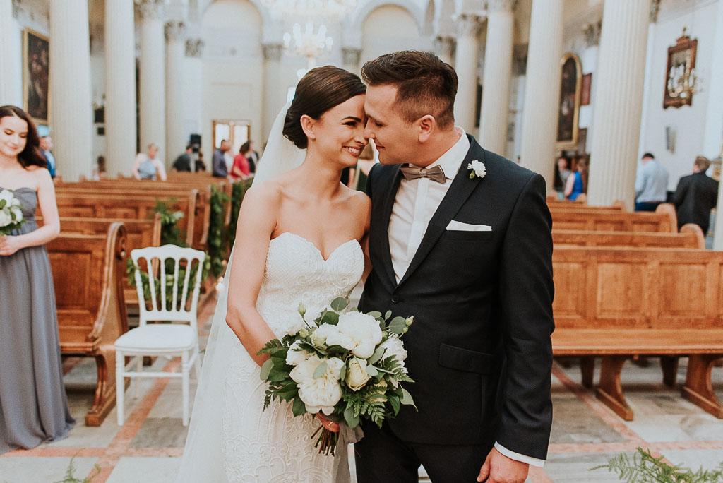 wesele sesja nad morzem szczęśliwa para młoda przytulona w kościele