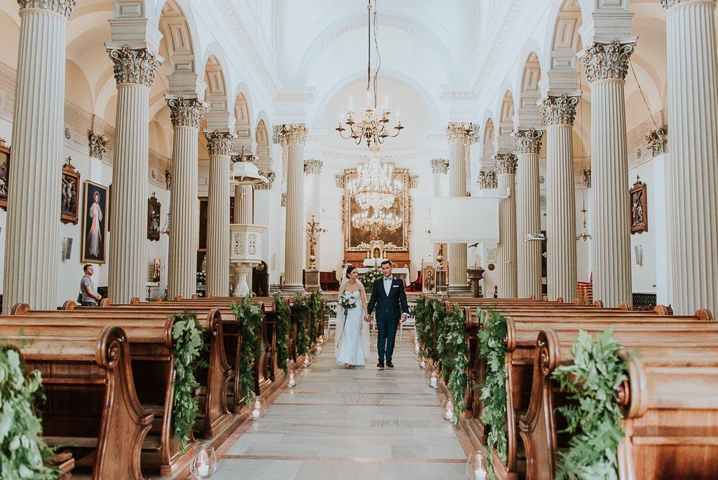 wesele sesja nad morzem para młoda wychodzi z kościoła