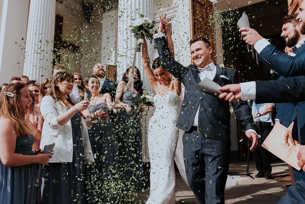 wesele sesja nad morzem para młoda obsypana konfetti z płatków roślin