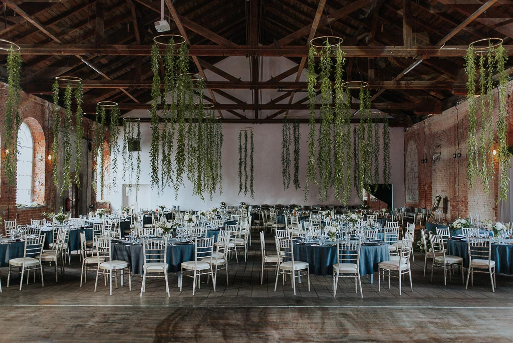 wesele sesja nad morzem kultura wysoka sala weselna industrialna wiszące rośliny