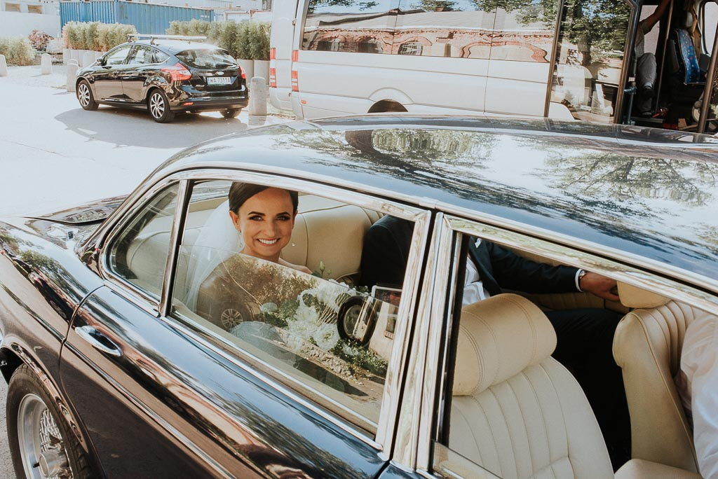 wesele sesja nad morzem panna młoda w jaguarze