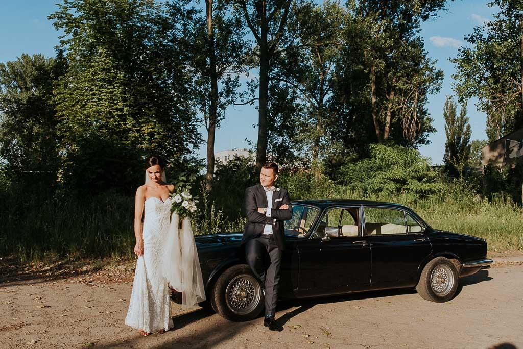 wesele sesja nad morzem para młoda przy zabytkowym jaguarze