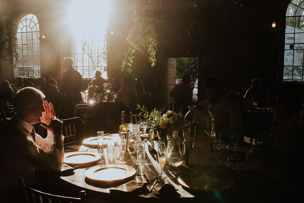 wesele sesja nad morzem goście weselni za okrągłymi stołami