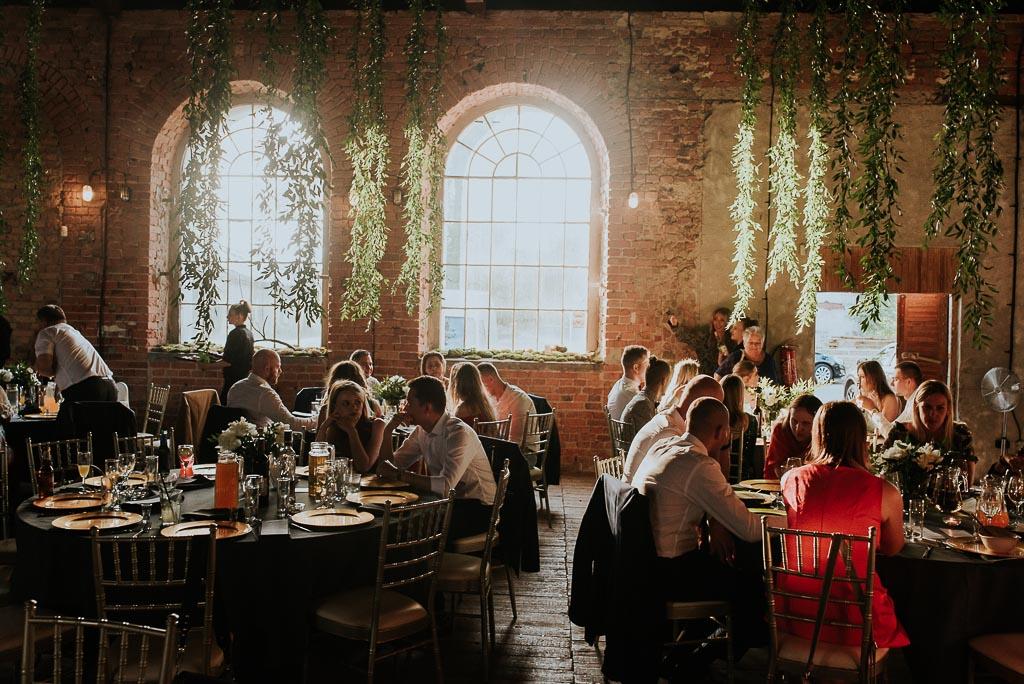 wesele sesja nad morzem miękkie światło wpadające przez okno industrialnej sali