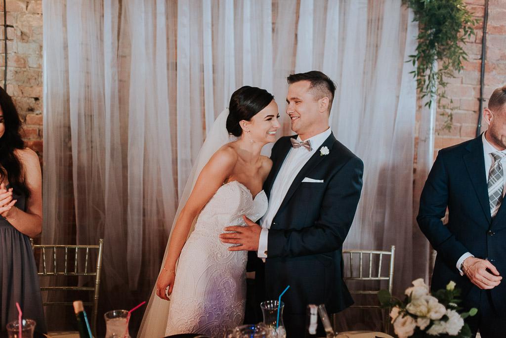 wesele sesja nad morzem para młoda za stołem