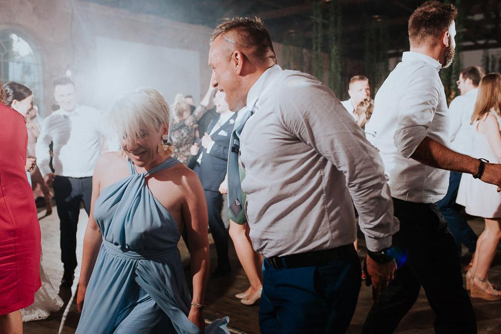 wesele sesja nad morzem goście weselni tańczą na parkiecie