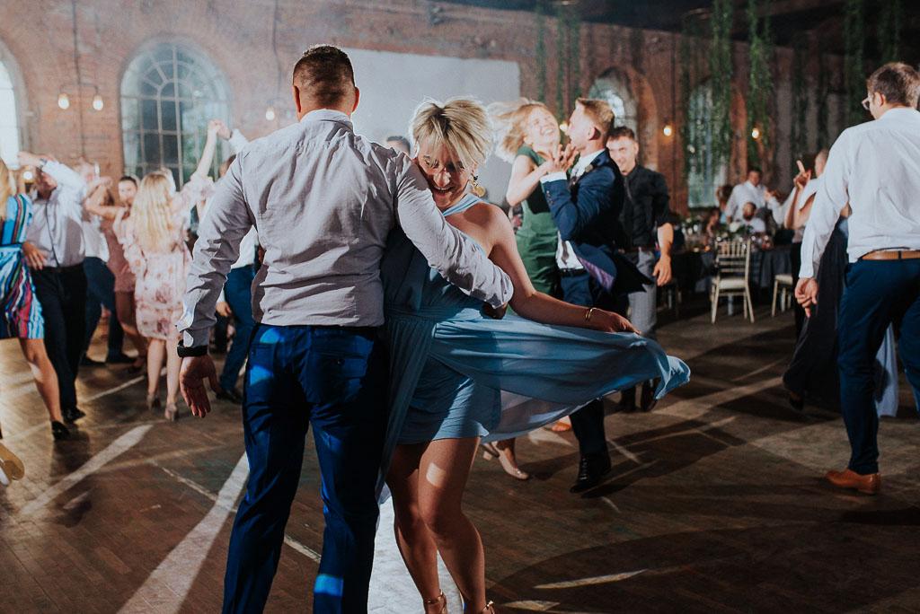 wesele sesja nad morzem goście tańczą na parkiecie
