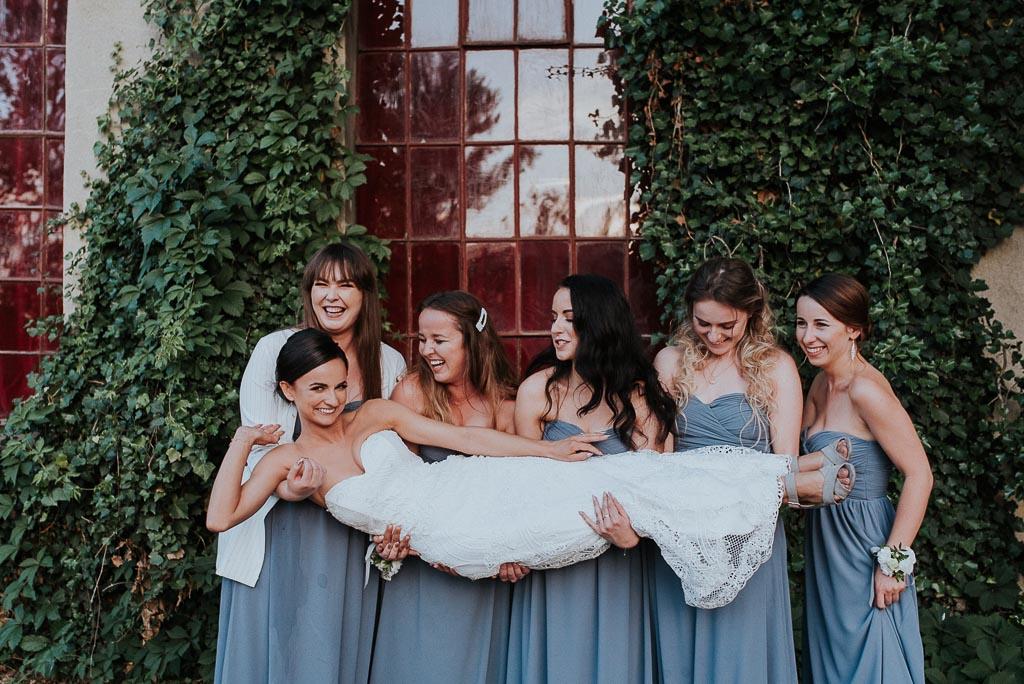 wesele sesja nad morzem druhny podnoszą pannę młodą