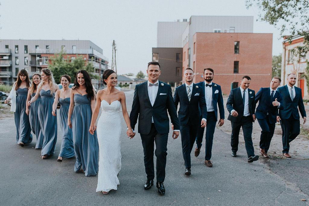 wesele sesja nad morzem para młoda z druhnami i drużbantami