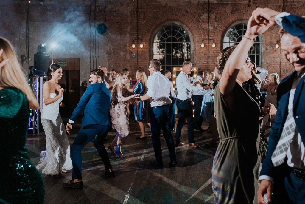 wesele sesja nad morzem panna młoda tańczy z gośćmi