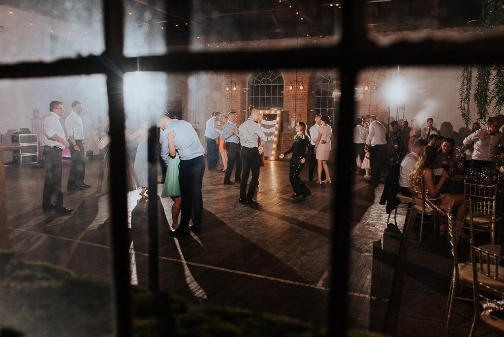 wesele sesja nad morzem goście tańczą na weselu