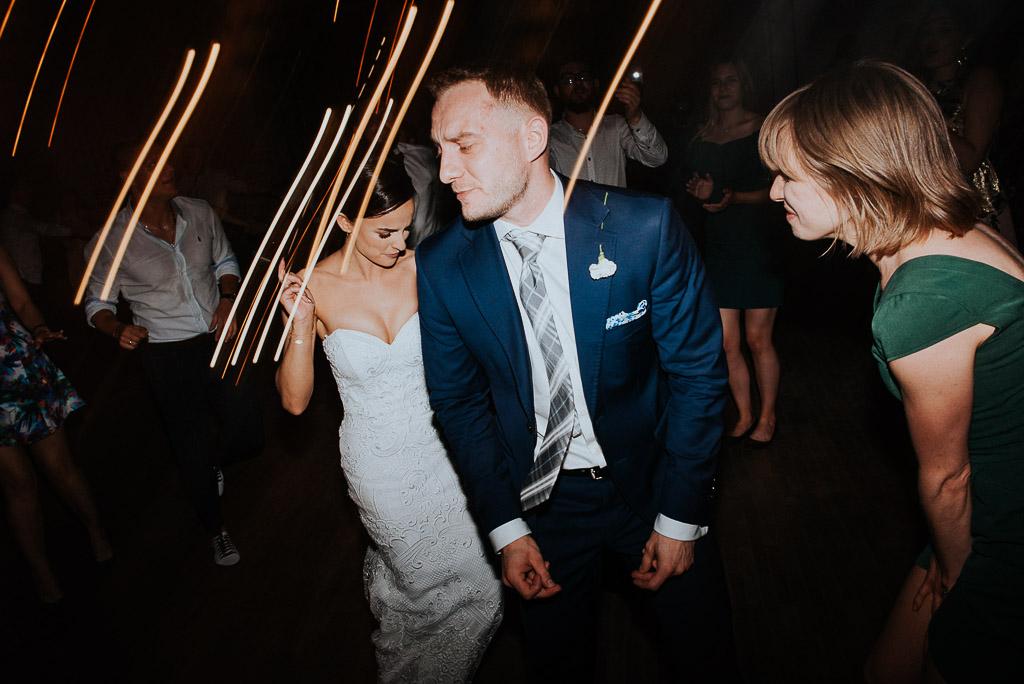 wesele sesja nad morzem panna młoda w tańcu