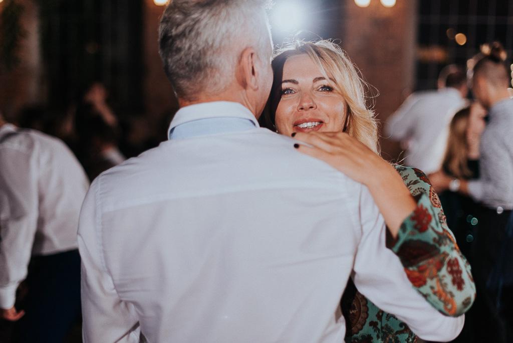 wesele sesja nad morzem przytulona para tańczy na weselu