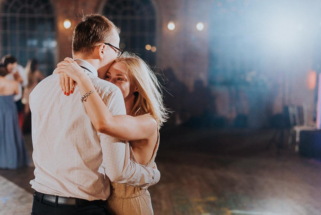 wesele sesja nad morzem przytuleni tańczą na środku sali