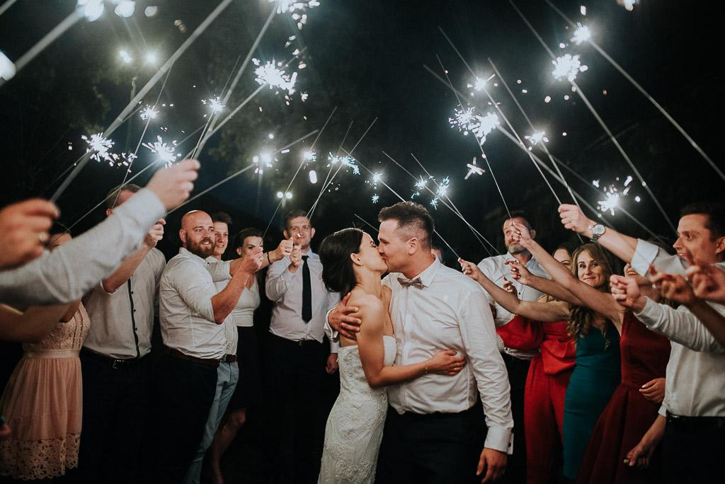wesele sesja nad morzem para młoda całuje się przy zimnych ogniach