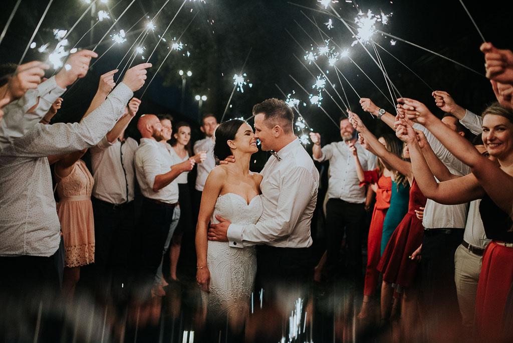 wesele sesja nad morzem para młoda wśród gości z zimnymi ogniami