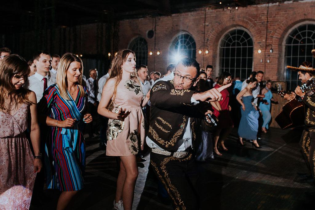 wesele sesja nad morzem mariachi bawią gości w tańcu