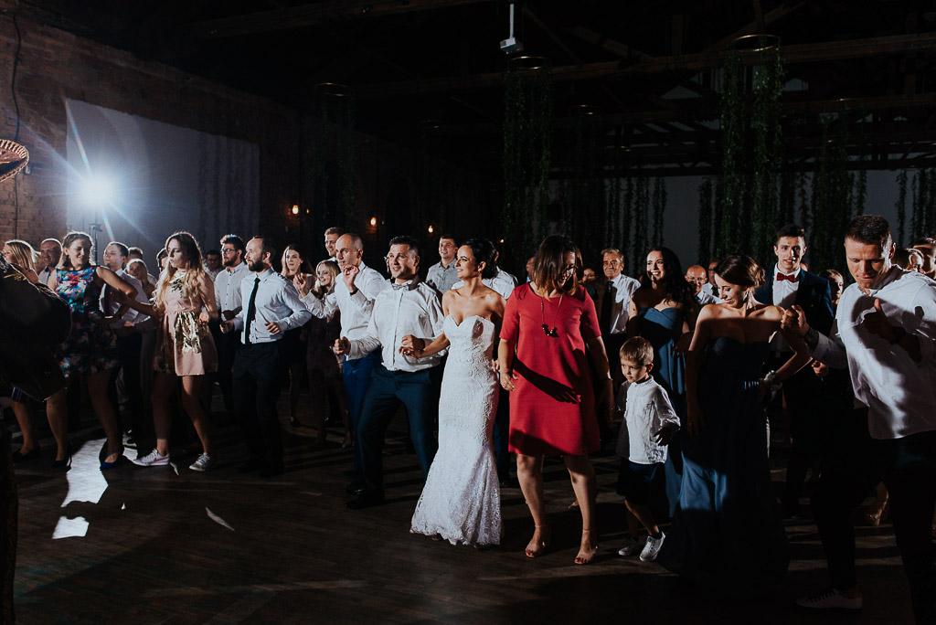 wesele sesja nad morzem para młoda wraz z gośćmi tańczą układ taneczny z mariachi