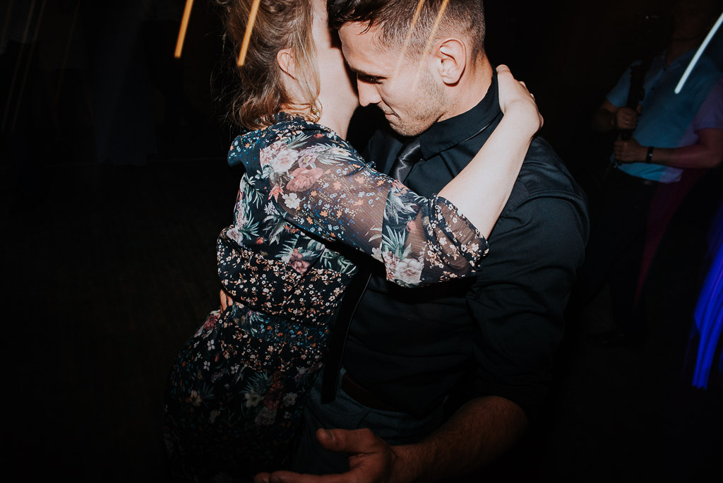 wesele sesja nad morzem przytulona para w tańcu