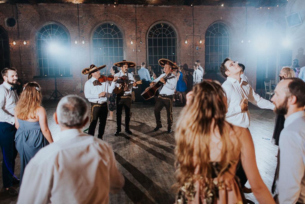 wesele sesja nad morzem mariachi grają na skrzypcach