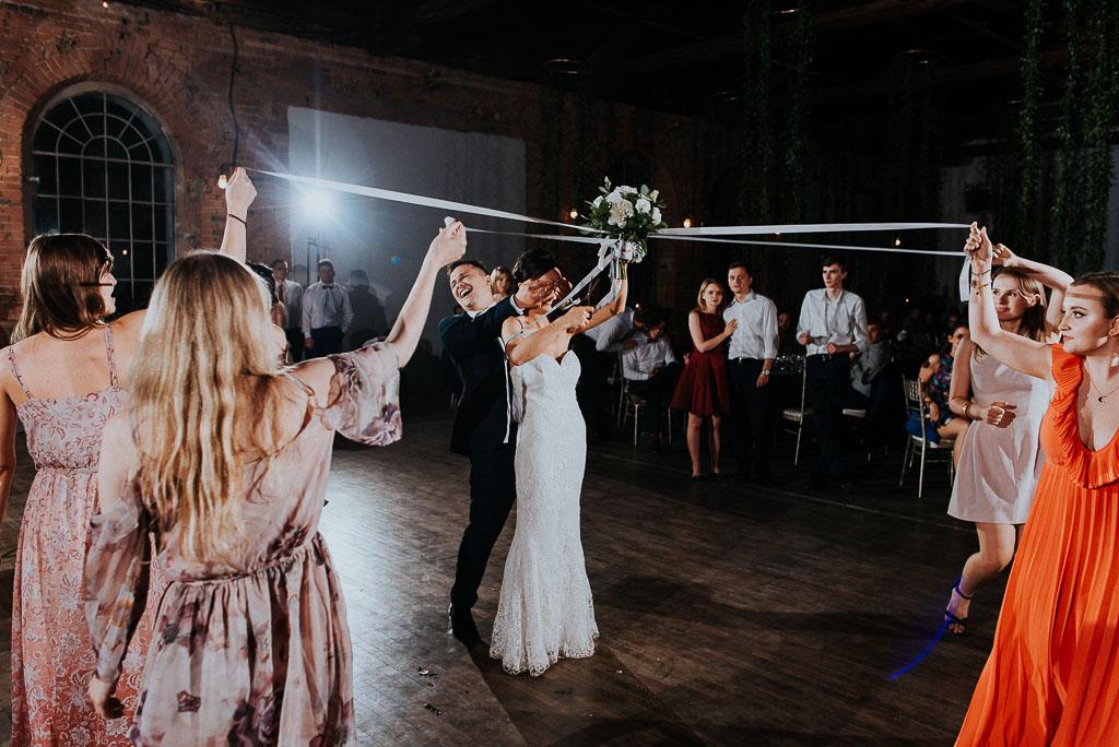 wesele sesja nad morzem panna młoda odcina wstążki z bukietu
