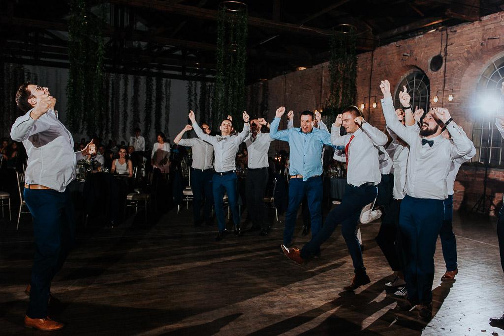 wesele sesja nad morzem mężczyźni tańczą układ taneczny na czepinach
